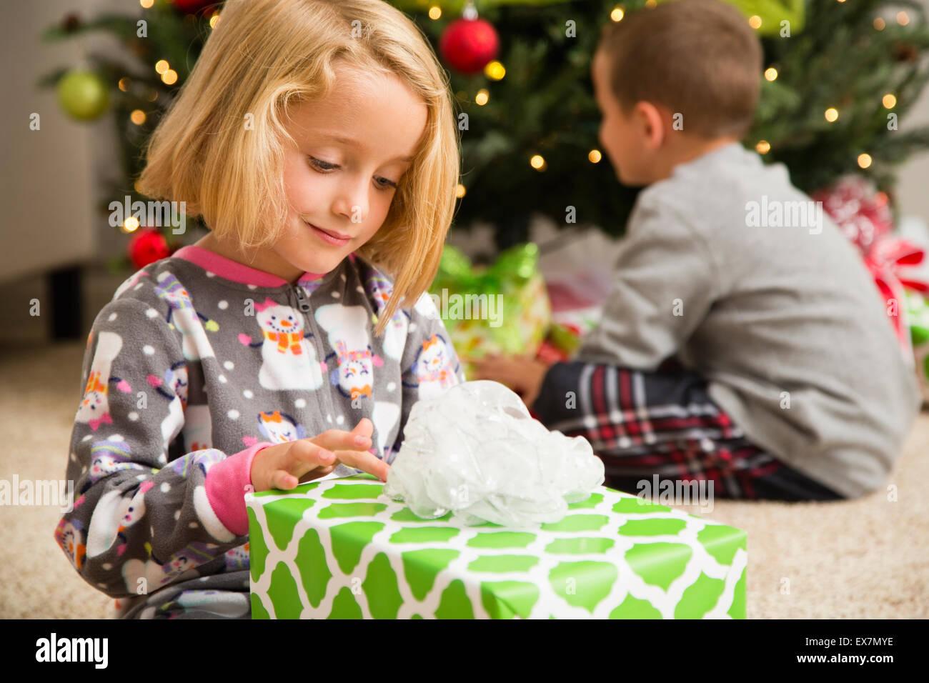 Mädchen (6-7) Verpackung Weihnachtsgeschenk Stockfoto, Bild ...