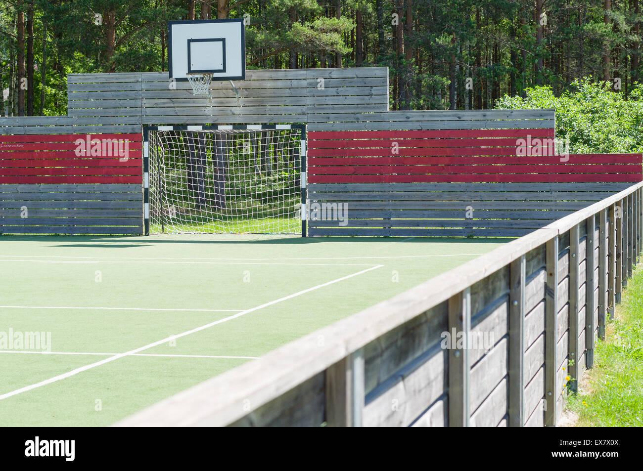 Fußball Tor und Basketball Hoop auf universal Outdoor Spielplatz