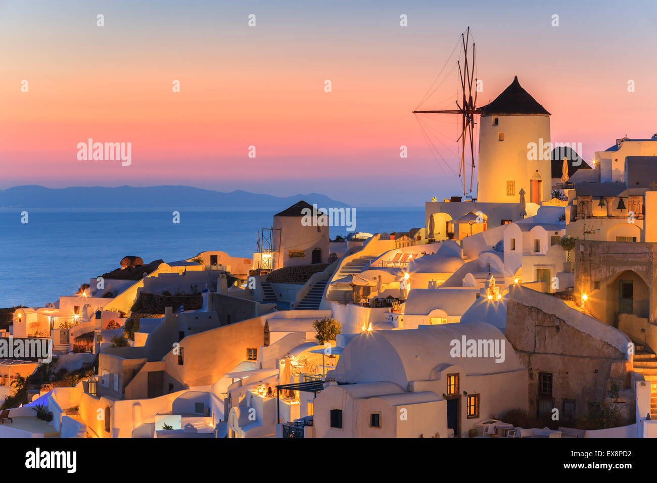 Die Stadt Oia während des Sonnenuntergangs auf Santorini, einer der Kykladen im Ägäischen Meer, Griechenland. Stockbild