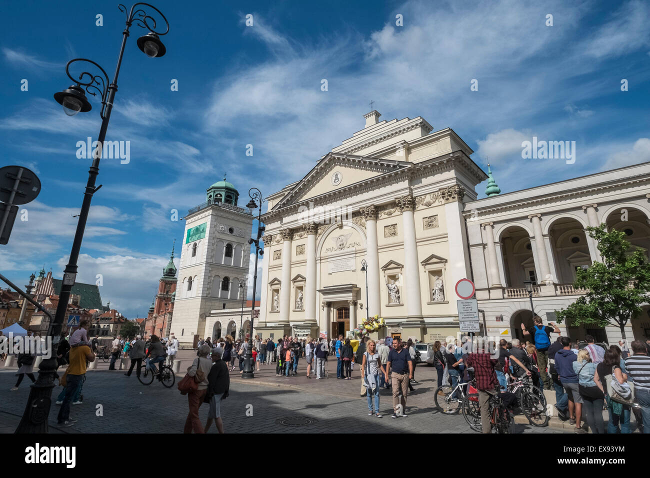 Touristen, die zu Fuß auf Krakowskie Przedmiescie Straße, in der Nähe von St. Annes Church, Warschau, Stockbild