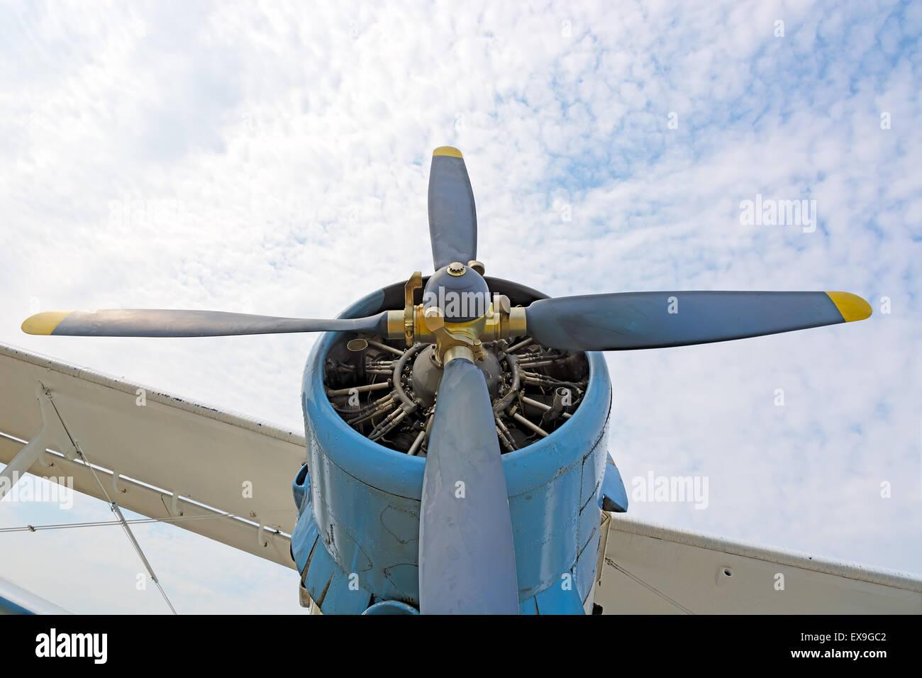 Der Motor und Propeller Flugzeug AN2 Nahaufnahme auf dem Hintergrund des blauen Himmels und der Wolken. Das Bild Stockbild