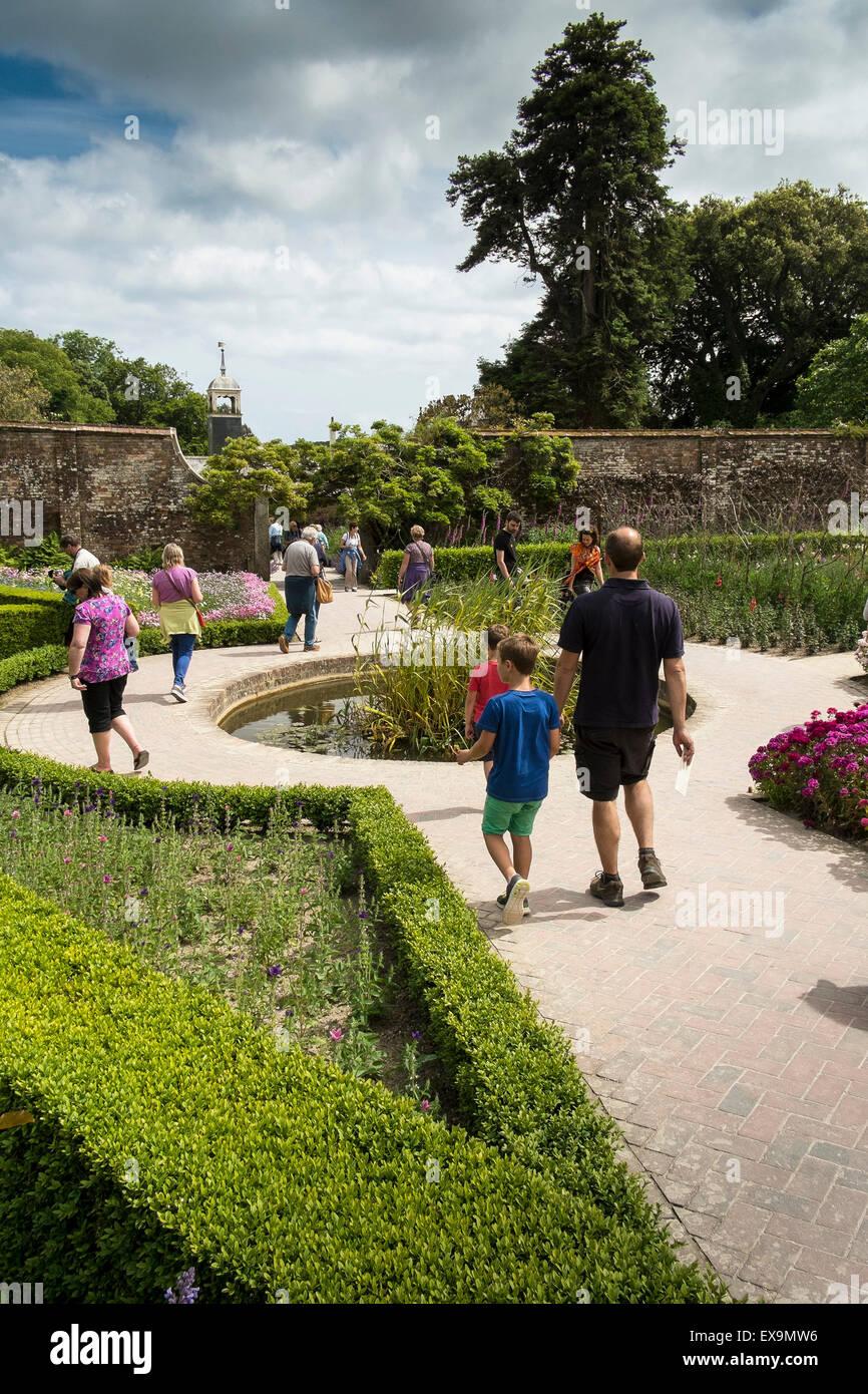 Besucher amüsieren sich in die Lost Gardens of Heligan in Cornwall. Stockbild