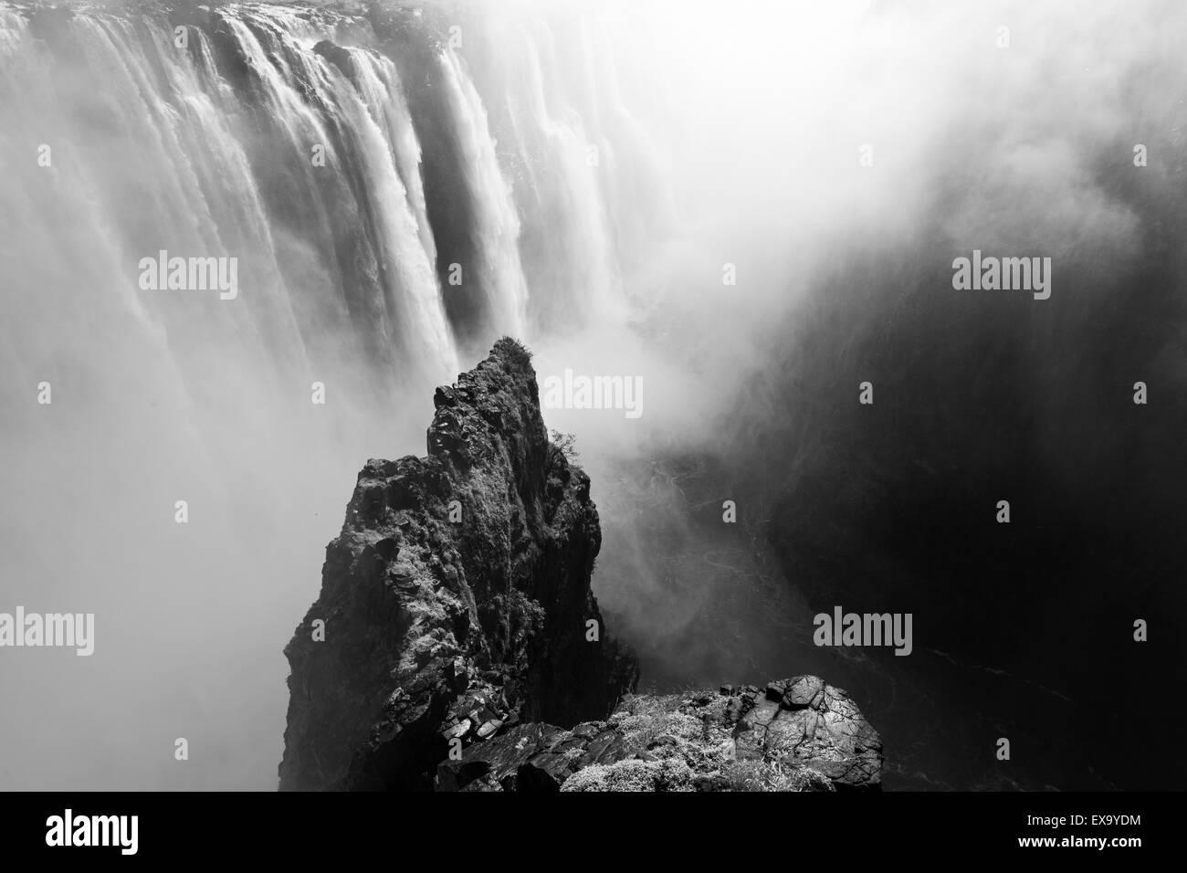 Afrika, Simbabwe, Victoria Falls National Park, Sambesi Flusses, wie es fließt über Victoria Falls Stockfoto
