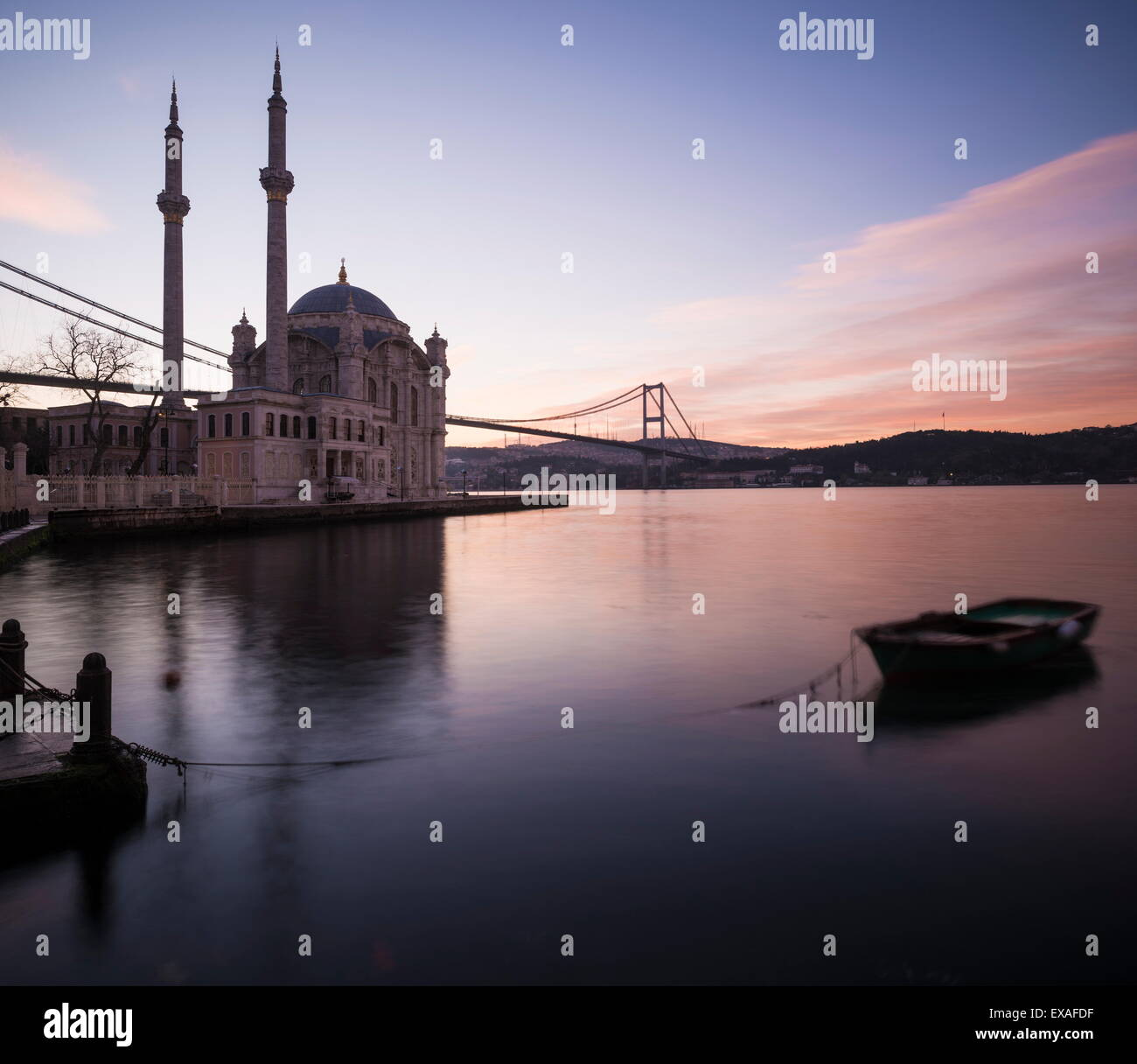 Äußere Ortakoy-Moschee und Bosporus Brücke bei Dämmerung, Ortakoy, Istanbul, Türkei, Europa Stockbild