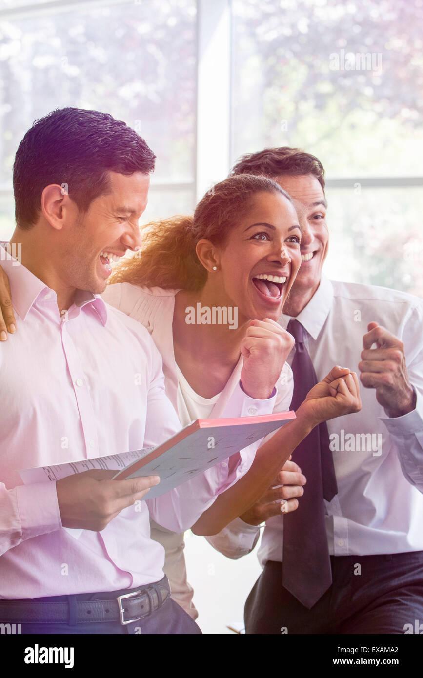 Büroangestellte, die unbeschwerten Moment miteinander teilen Stockbild