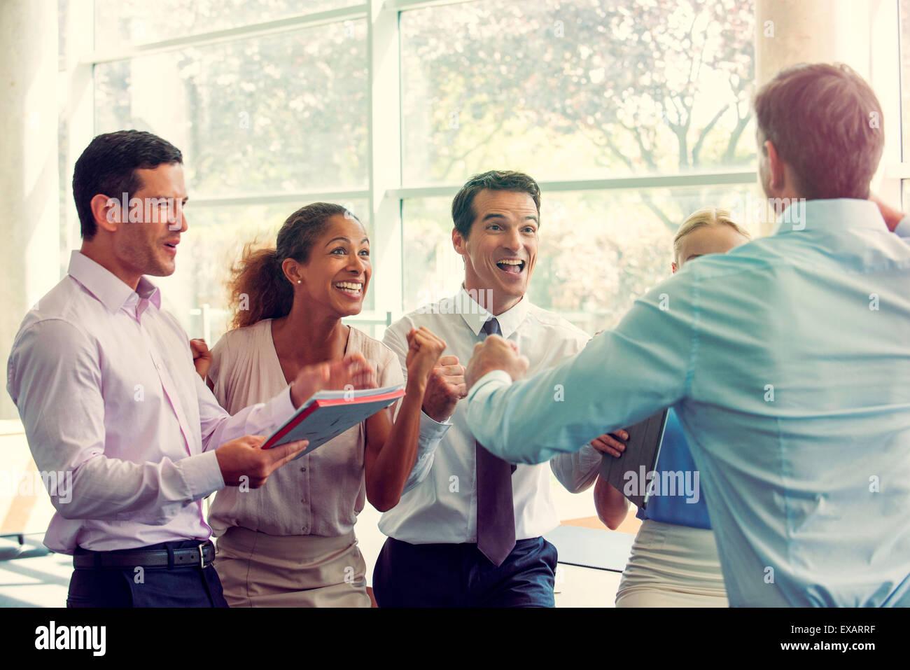 Business-Team-Mitglieder Erfolge feiern Stockbild