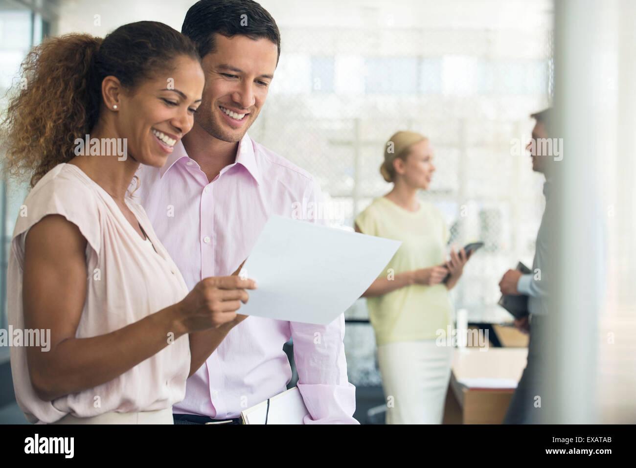 Kollegen von Ergebnissen zufrieden Stockbild