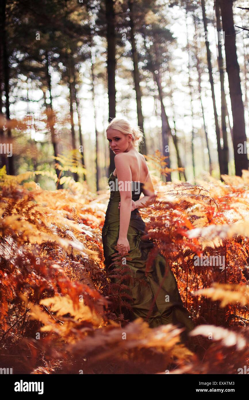 junge Frau mit Kleid im Wald Stockbild
