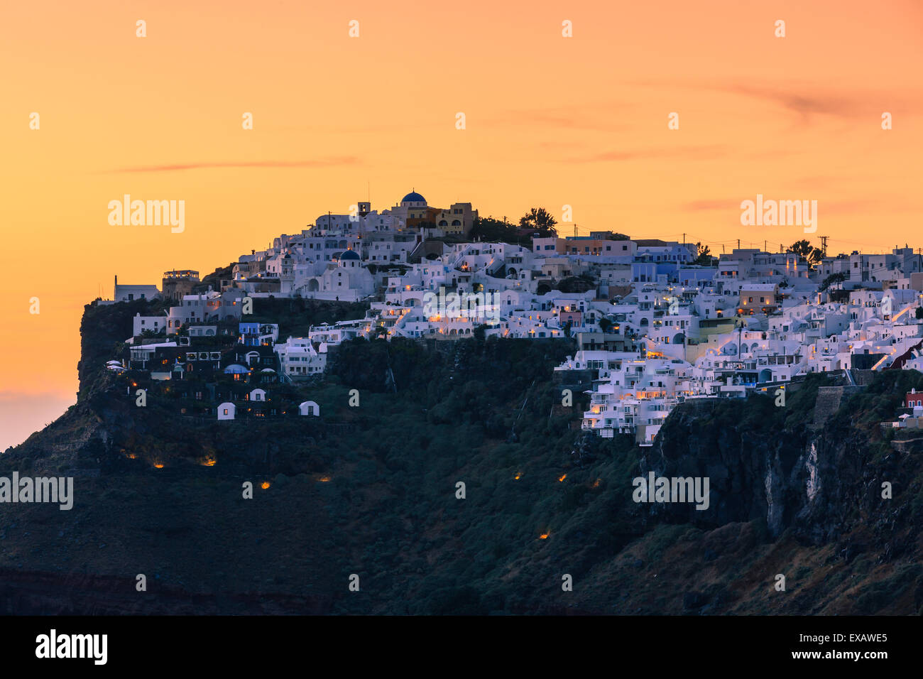 Imerovigli ist eine kleine Stadt zwischen Fira und Oia auf Santorin, einer der Kykladen im Ägäischen Meer, Stockbild