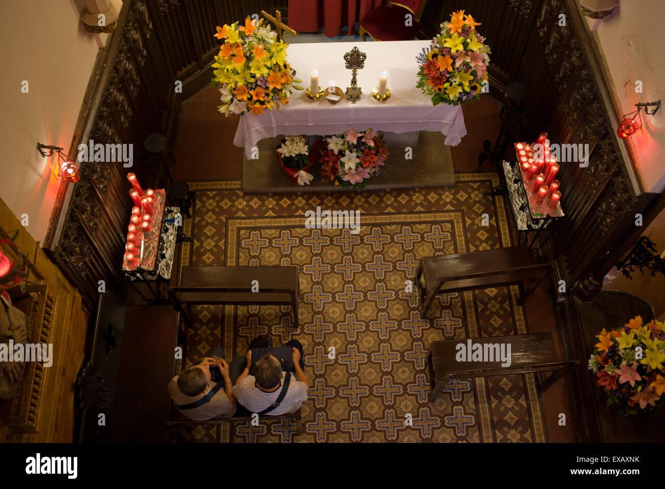 Im Inneren der kleinen Kapelle des Heiligen Christophorus im gotischen Viertel von Barcelona. Stockbild