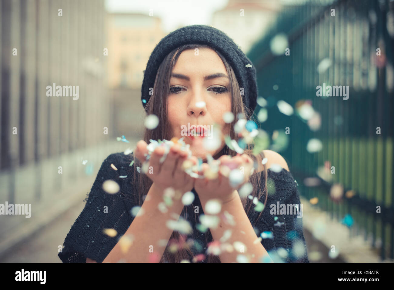 junge schöne Brünette Frau Mädchen im freien Stockbild