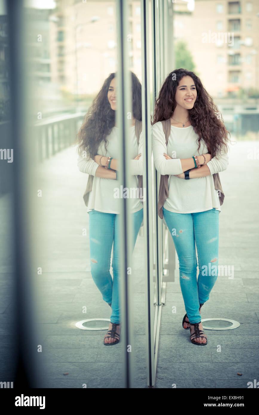 schöne lockige lange brünette Haare Marokkanerin in der Stadt Stockbild