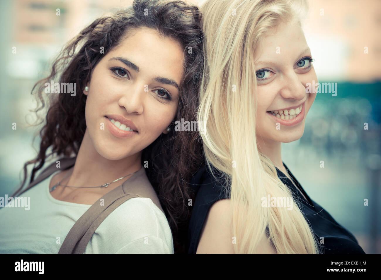 blonde und Brünette schöne stilvolle junge Frauen in der Stadt Stockbild