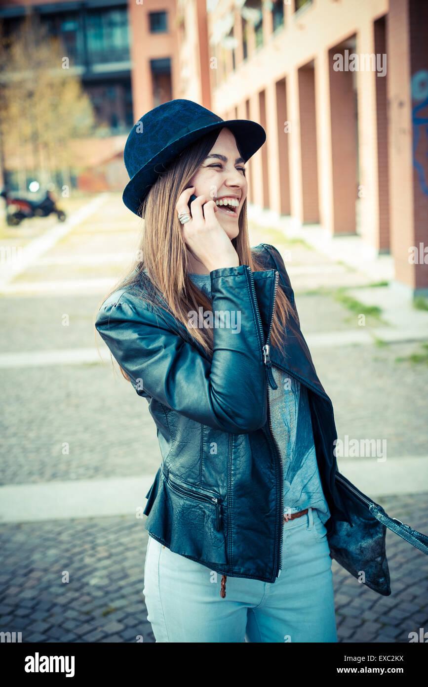 schöne Brünette junge Frau in der Stadt Stockbild