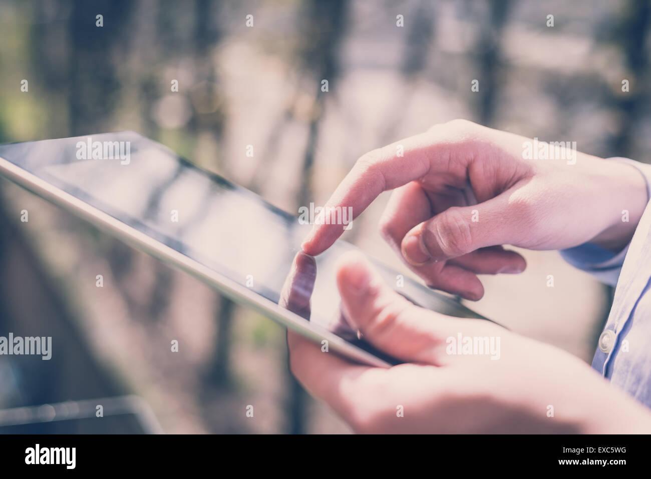 Nahaufnahme Hände Multitasking Mann mit Verbindung Wifi tablet Stockbild