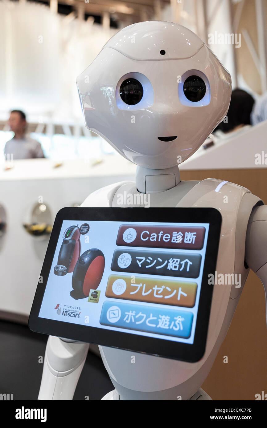 Tokio, Japan. 11. Juli 2015. Der humanoide Roboter Pfeffer debütierte als neues Mitglied des Personals bei Stockbild