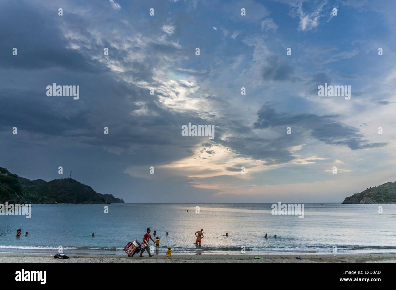 Abend am Strand von Taganga in der Nähe von Santa Marta, Kolumbien.  Das einst kleine Fischerdorf an der Karibik Stockbild