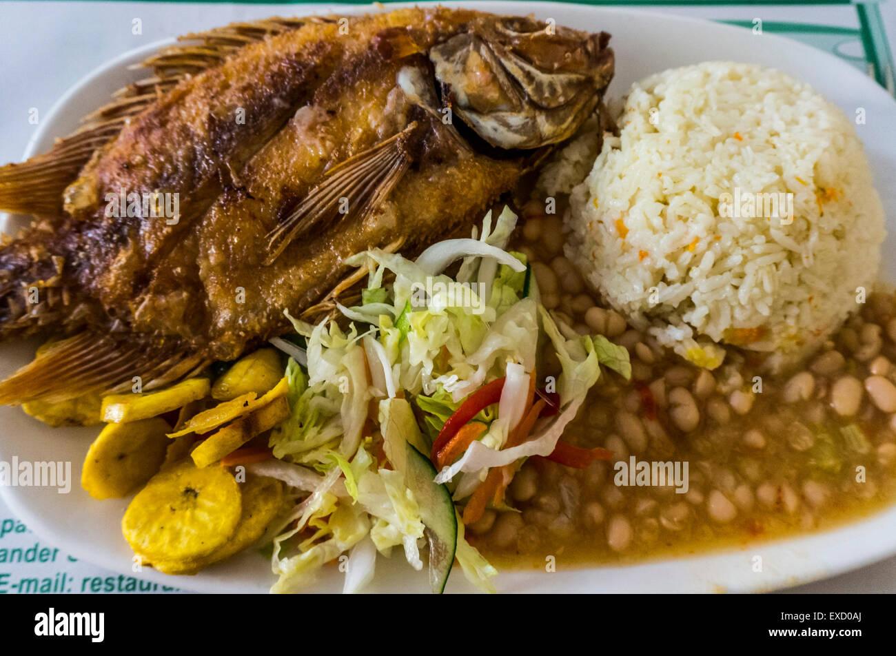 Eine typische Mahlzeit gebratener Fisch und Kokosnuss-Reis in der karibischen Küstenregion Kolumbiens. Stockbild