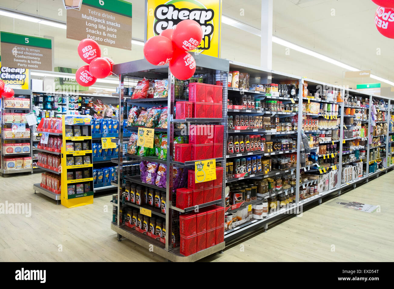 Australisch Familie Interieur : Australische woolworth supermarkt interieur mit rot vor ort