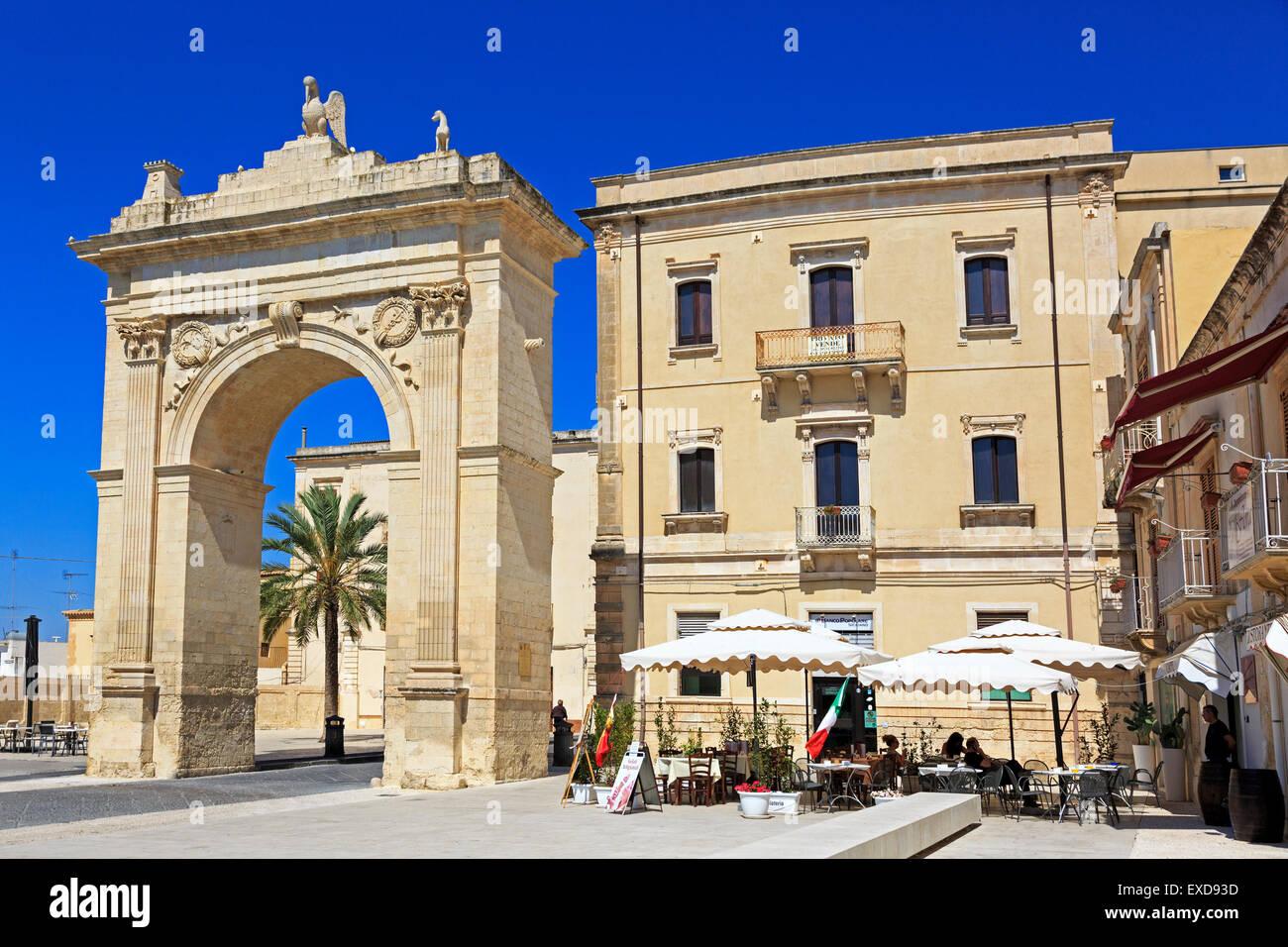 Porto Ferdinandea, Noto, Sizilien das königliche Tor errichtet, im Jahre 1838 grüßen König Ferdinand Stockbild