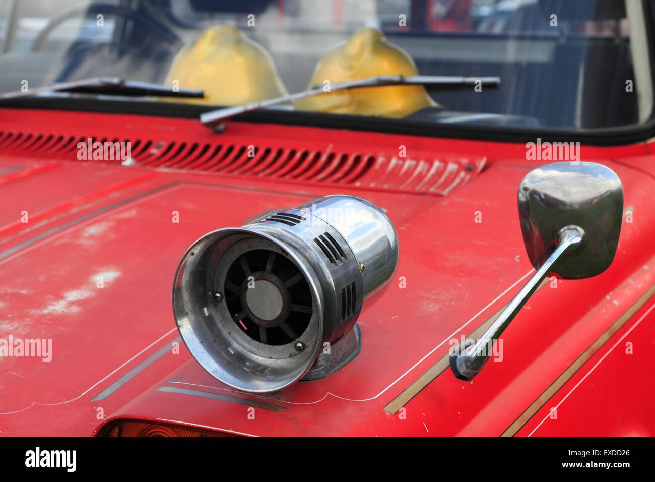 Nahaufnahme der alten Feuerwehrauto mit einer Sirene auf dem Kotflügel. Stockfoto
