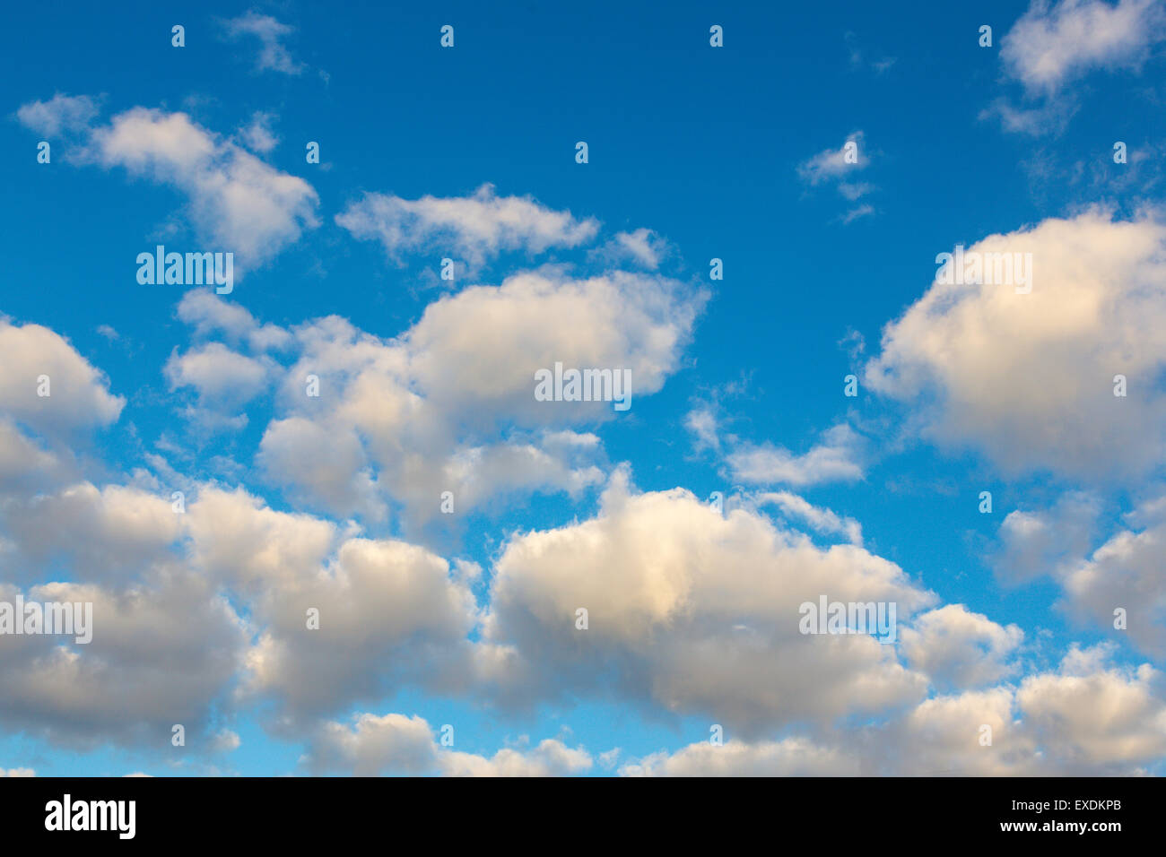 Weiße Wolken im blauen Himmel Stockbild