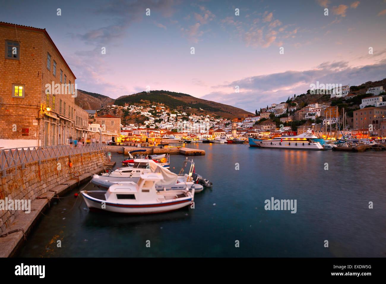 Abend-Blick auf die Boote im Hafen von Hydra Stockbild