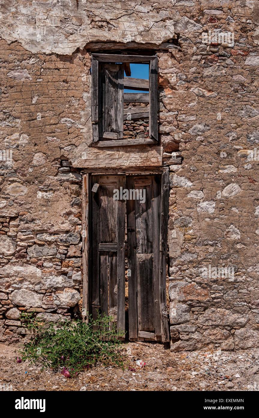 Tür in ein leeres Haus in Livadia Dorf, Tilos. Stockbild