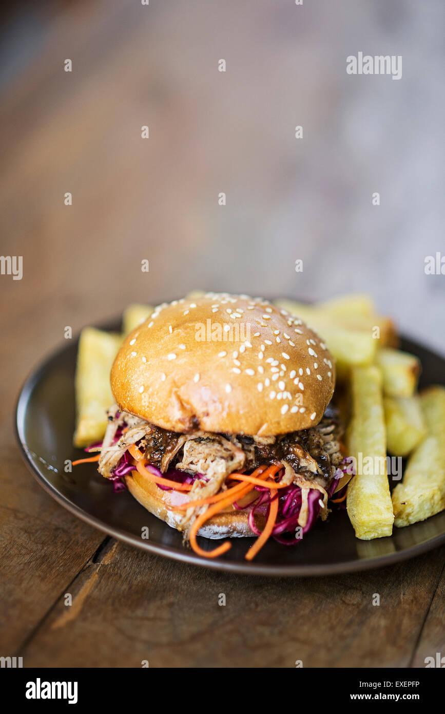 Wir fuhren Schweinefleisch und Krautsalat Burger mit dicken Pommes frites Stockbild