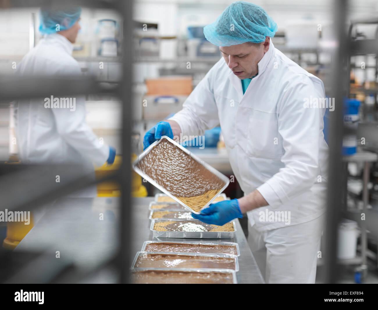 Mannliche Arbeiter Giessen Schokolade Kuchen Fabrik Stockfoto Bild