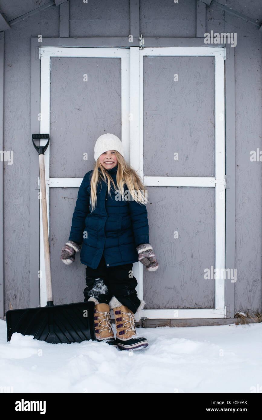 Mädchen grinsend mit Spannung im Schnee Stockbild