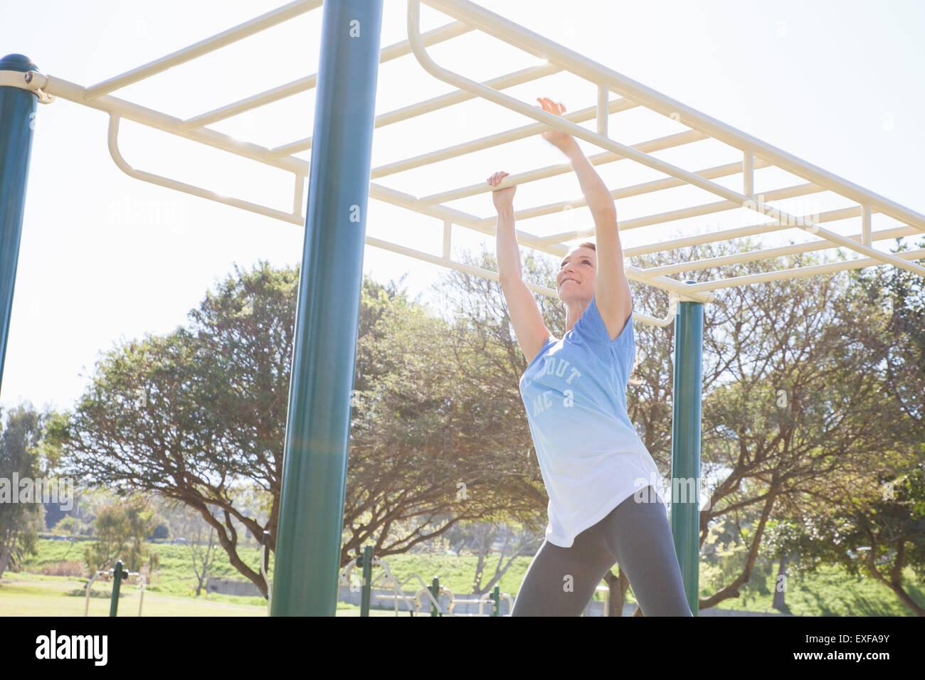 Klettergerüst Zimmer : Mitte erwachsene frau training im park am klettergerüst stockfoto
