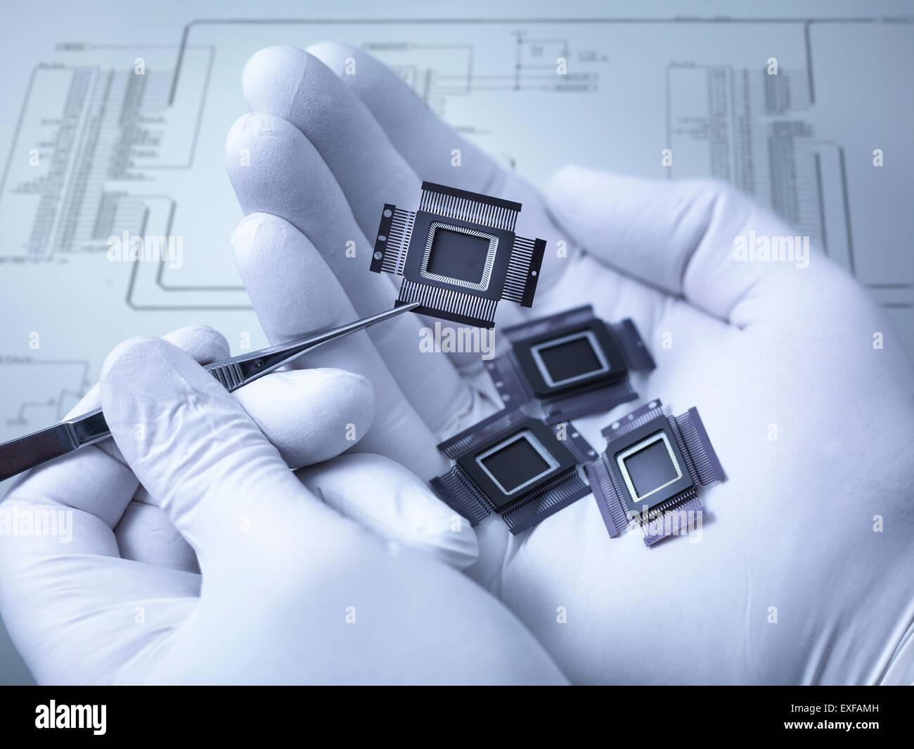 Elektronische Bauteile hielt in der Hand im Labor, Nahaufnahme Stockbild