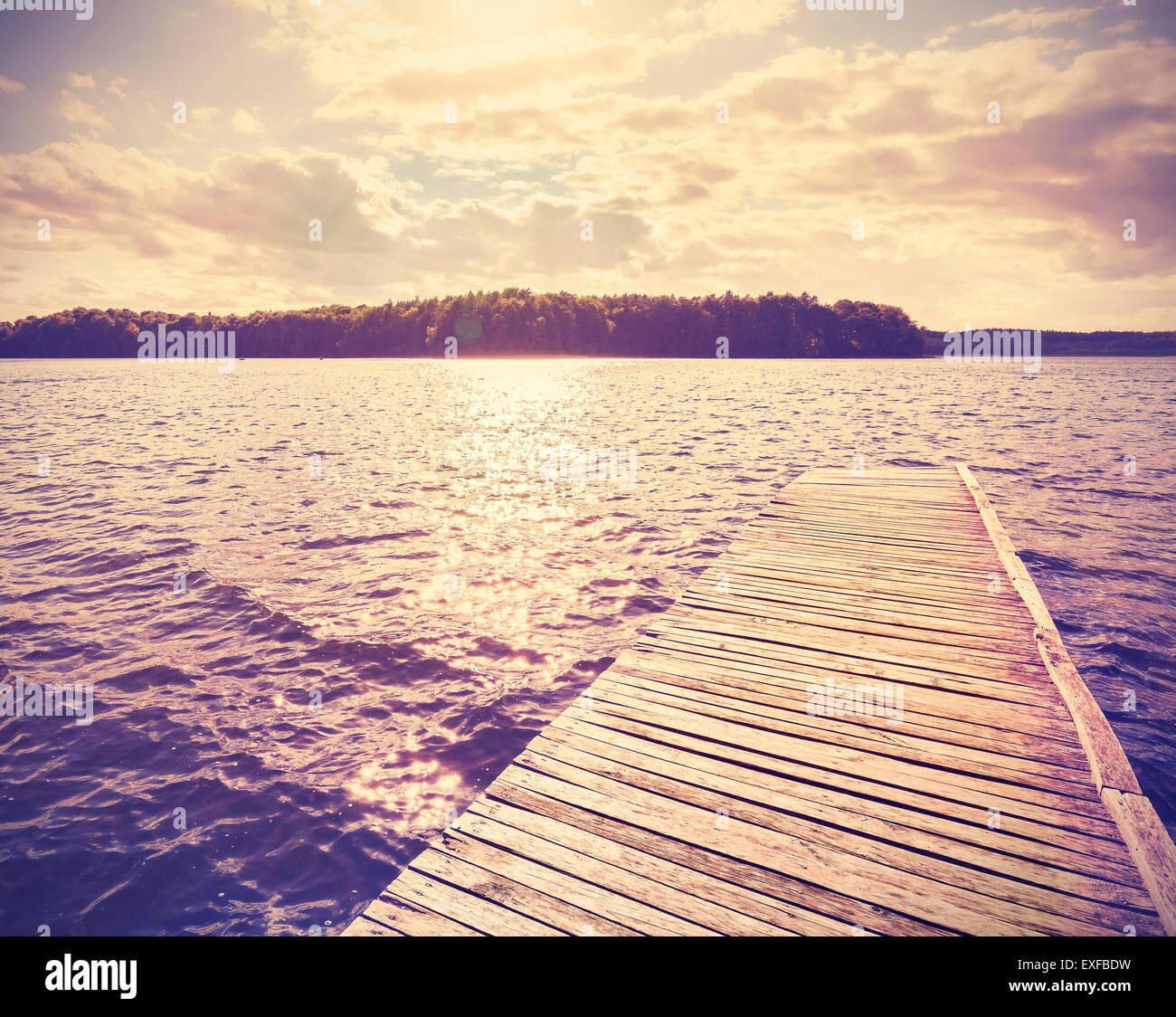 Vintage Instagram gefilterte hölzerne Pier bei Sonnenuntergang. Stockbild