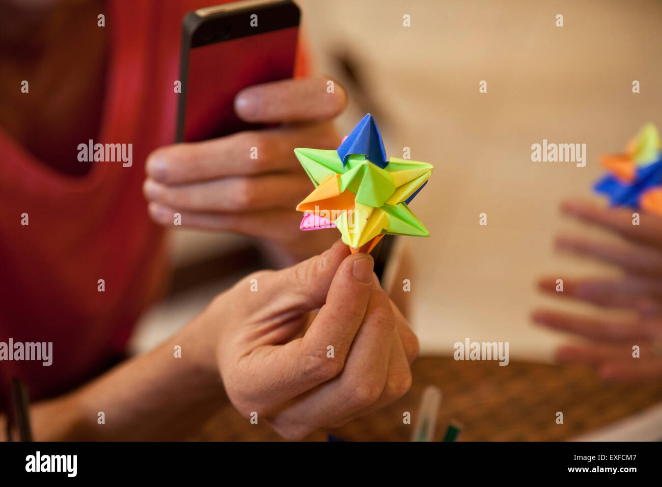 Studenten, die Origami Papier Spiel Stockbild