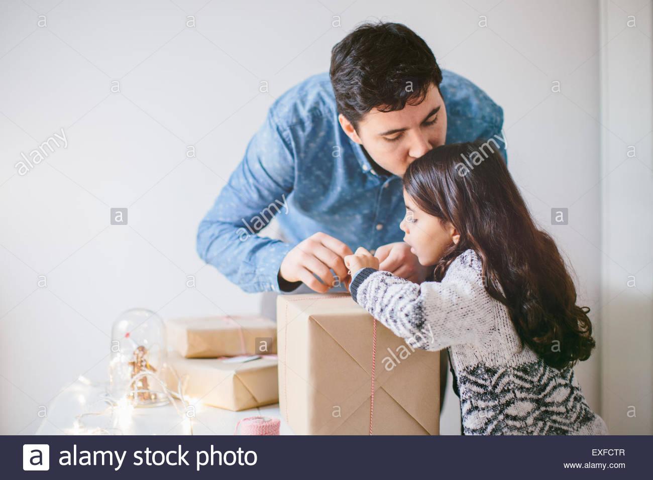 Vater und Tochter Weihnachtsgeschenke verpacken Stockfoto, Bild ...