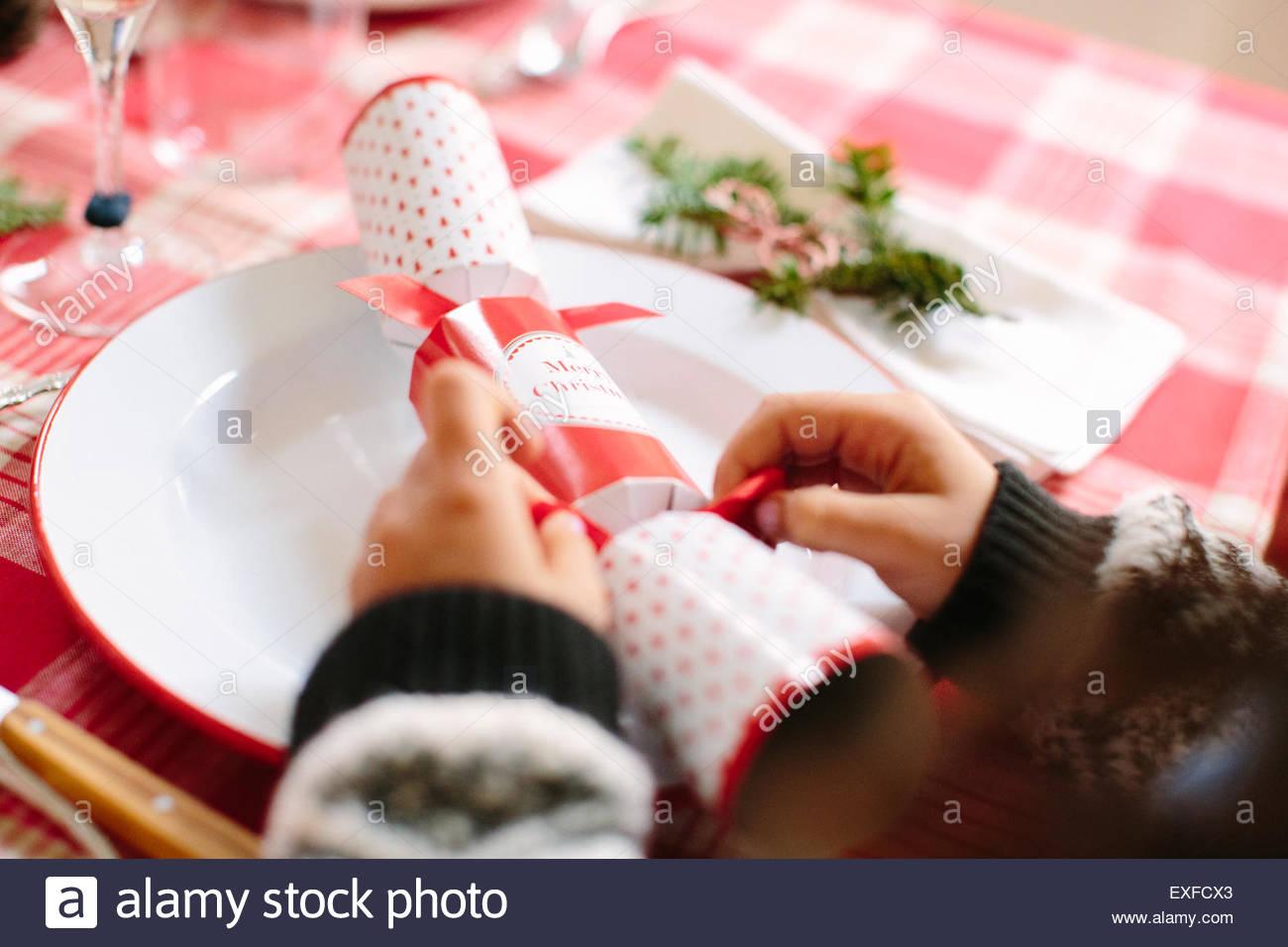 Mädchen mit Christmas Cracker auf familiäre Weihnachtsfeier Stockbild