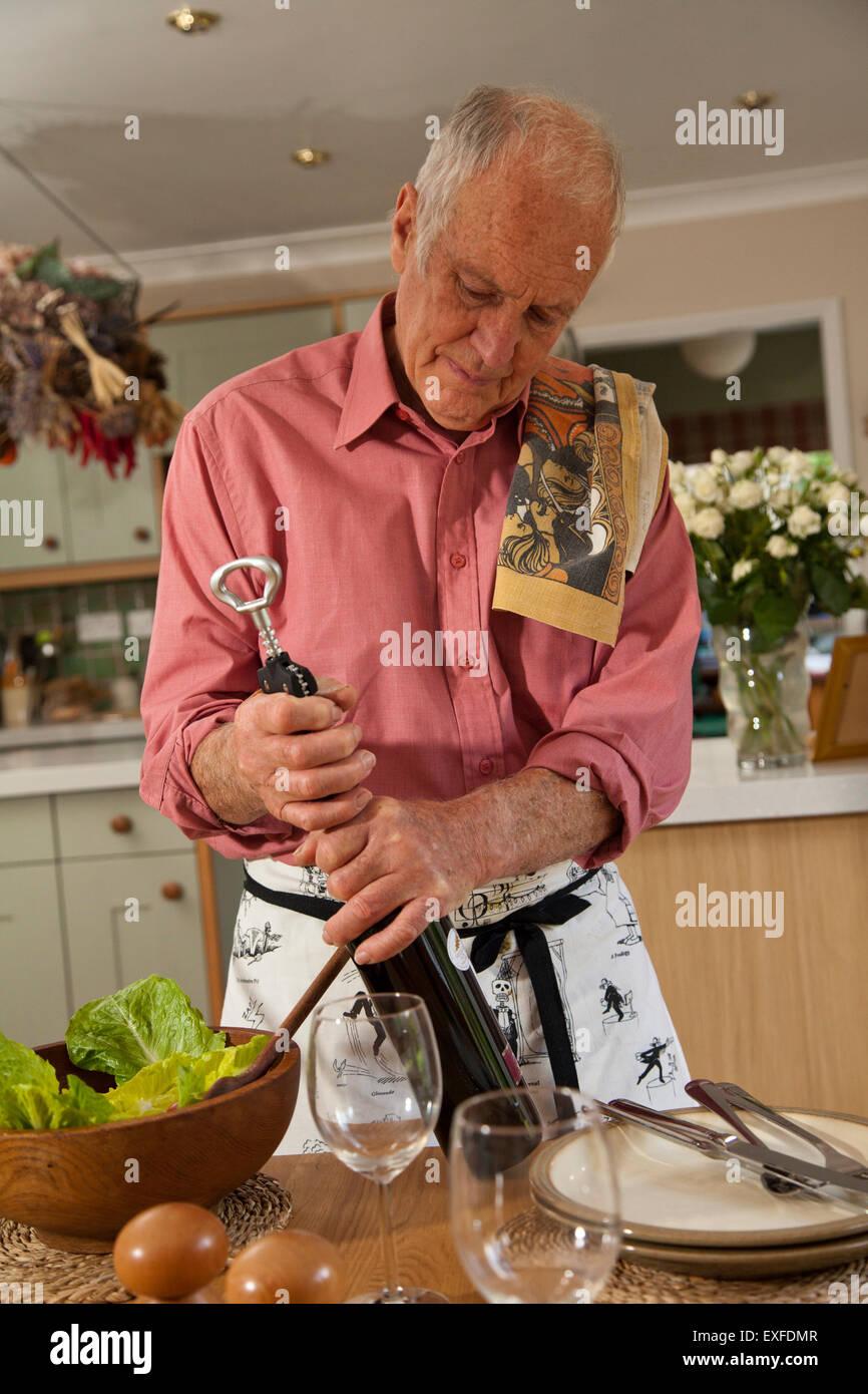 Senior woman Eröffnung Flasche Wein Stockbild