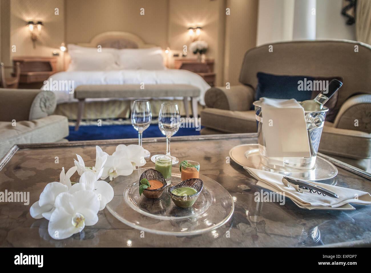 Gedeck in luxuriösen Hotelzimmer Stockbild