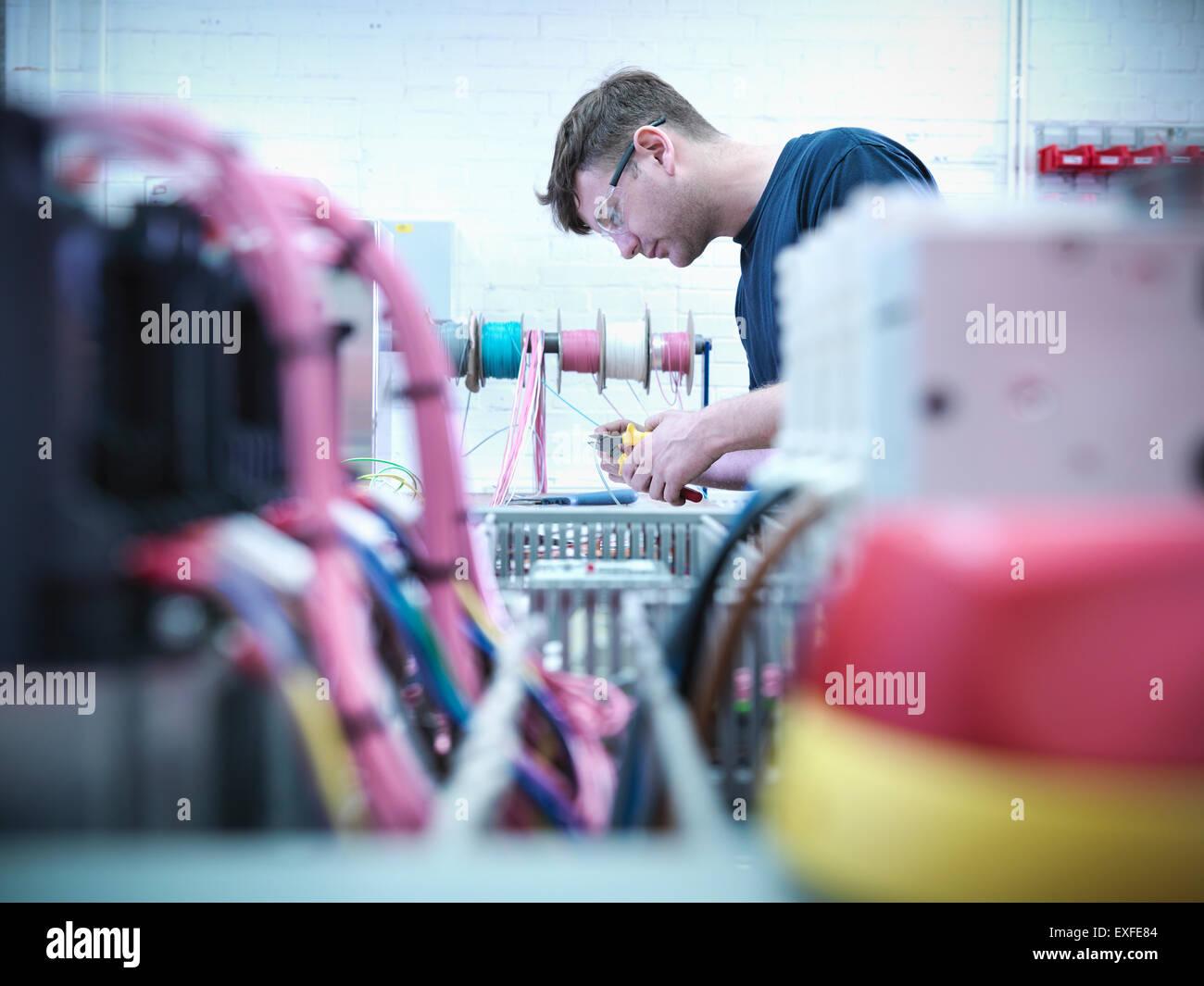 Elektro-Ingenieur Montage Schalttafel in engineering Fabrik Stockbild