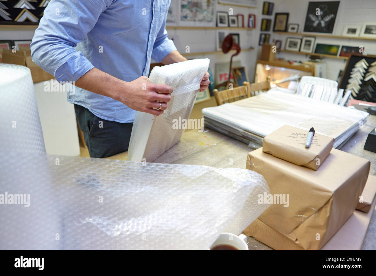 Mann Blase wickeln Bilderrahmen auf Tabelle in Bild Einrahmer ...