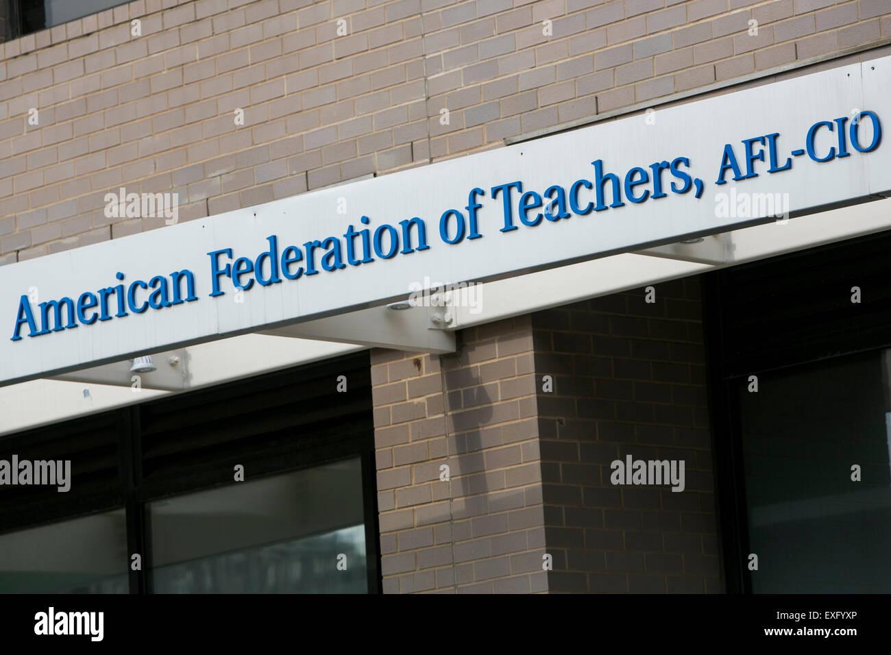 Ein Logo Zeichen außerhalb der Hauptsitz der amerikanischen Vereinigung der Lehrer (AFT) in Washington, D.C. Stockbild