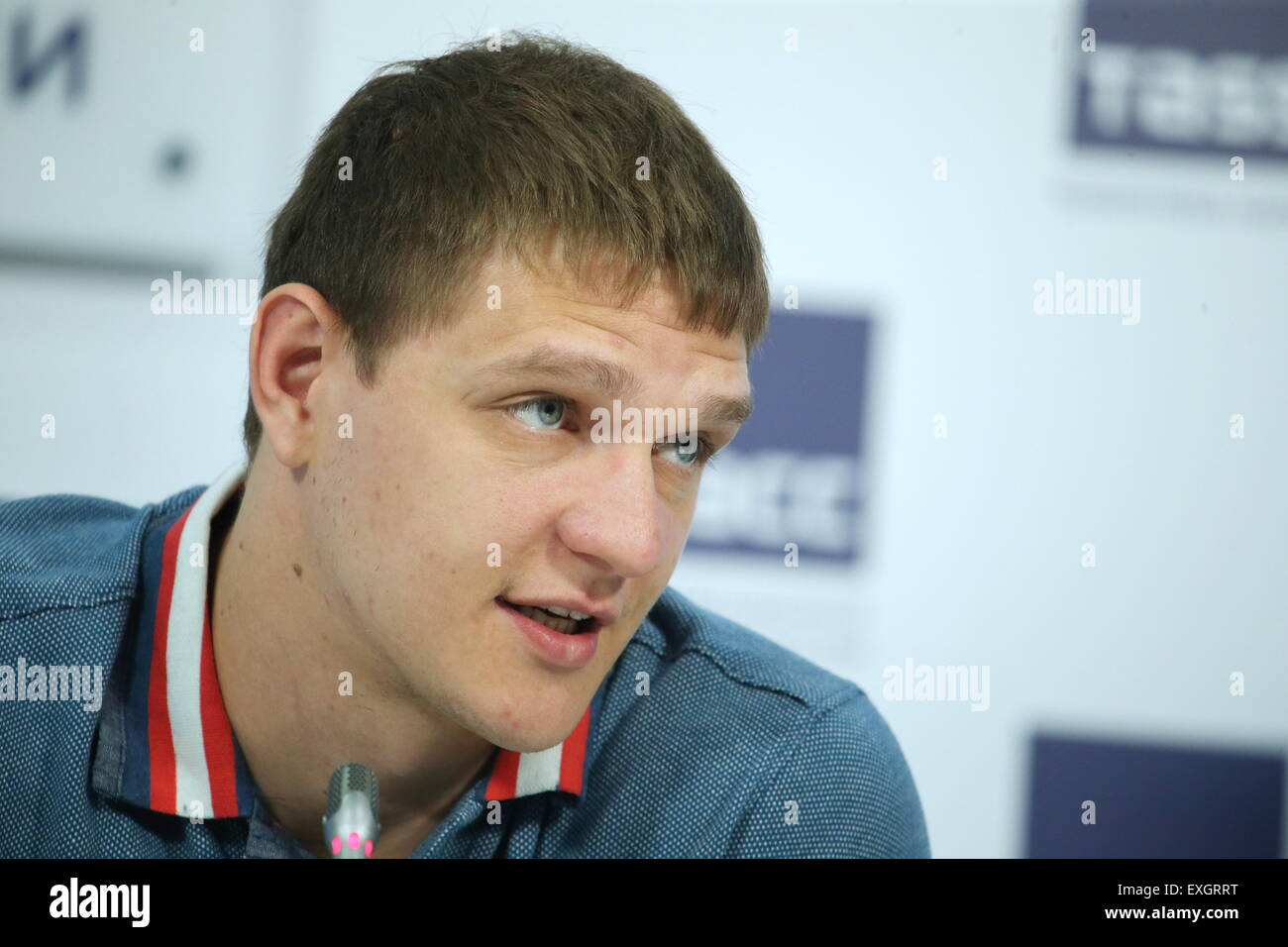 Moskau, Russland. 14. Juli 2015. Russischer Basketballspieler Timofey Mozgov spricht auf einer Pressekonferenz über Stockfoto