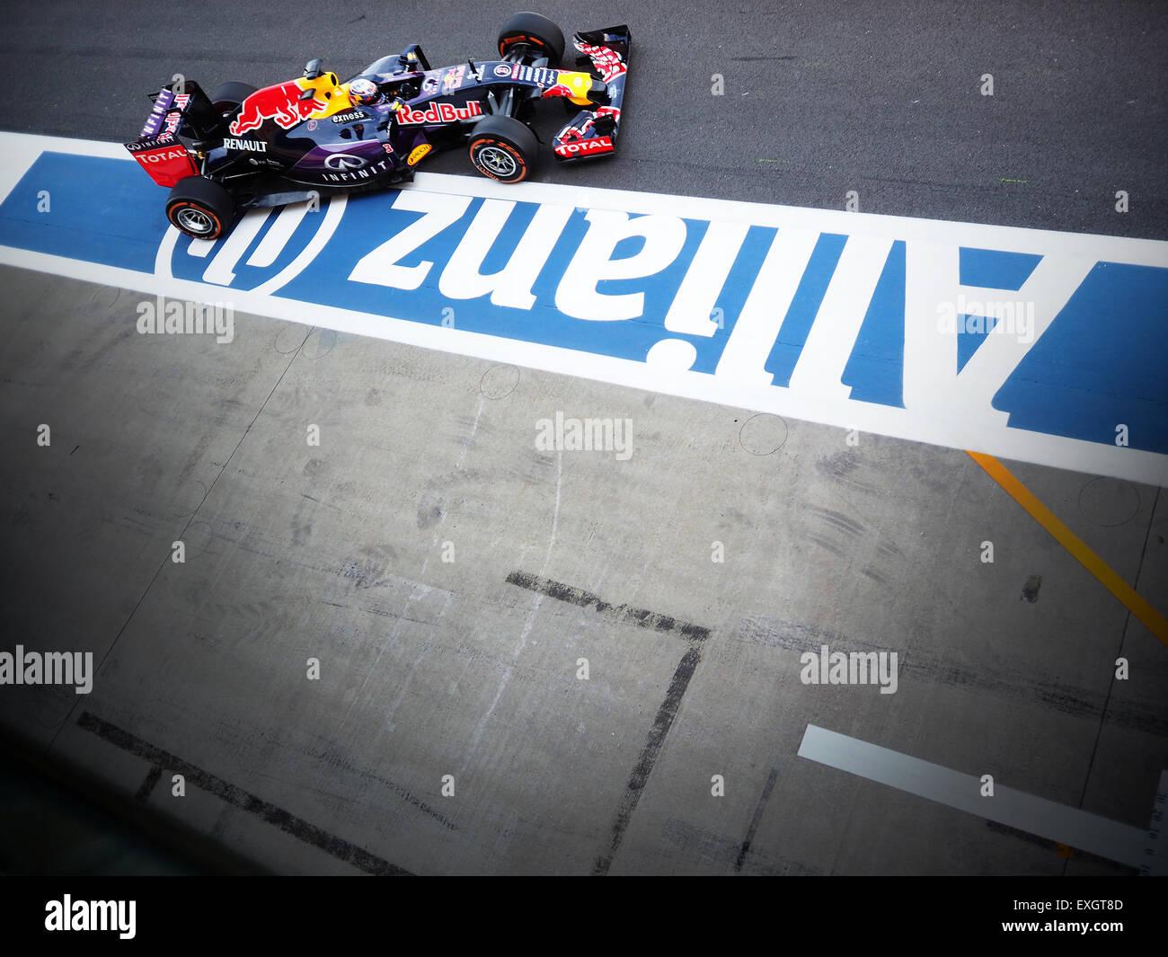 Daniel Ricciardo von Red Bull Racing verlässt die Gruben während einer Übung beim 2015 F1 British Stockbild