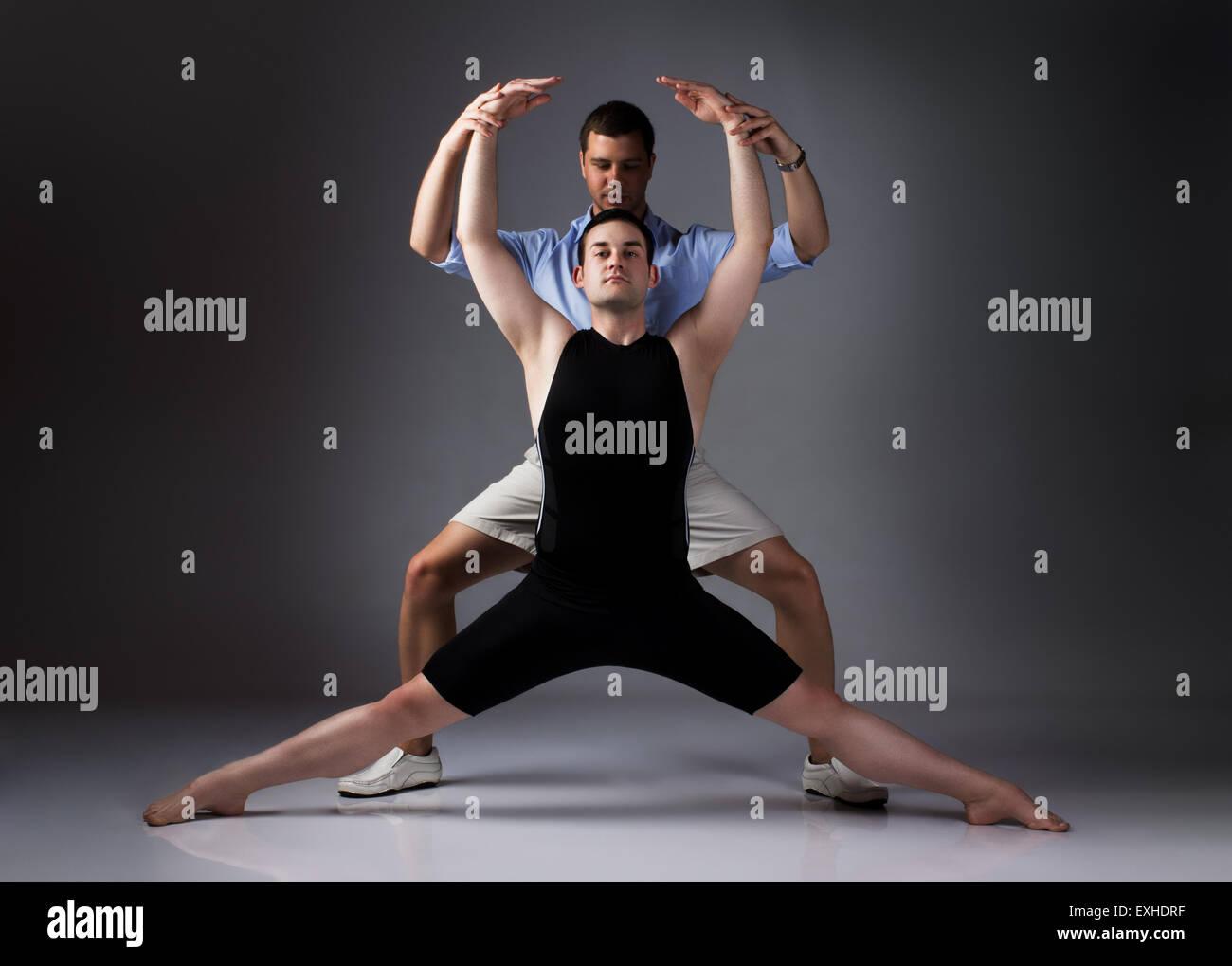 Erwachsene männliche Tänzer trägt ein schwarzes Hemd und Hose und Ballett- Tanzlehrer. Lehrer unterstützt b313c722fb