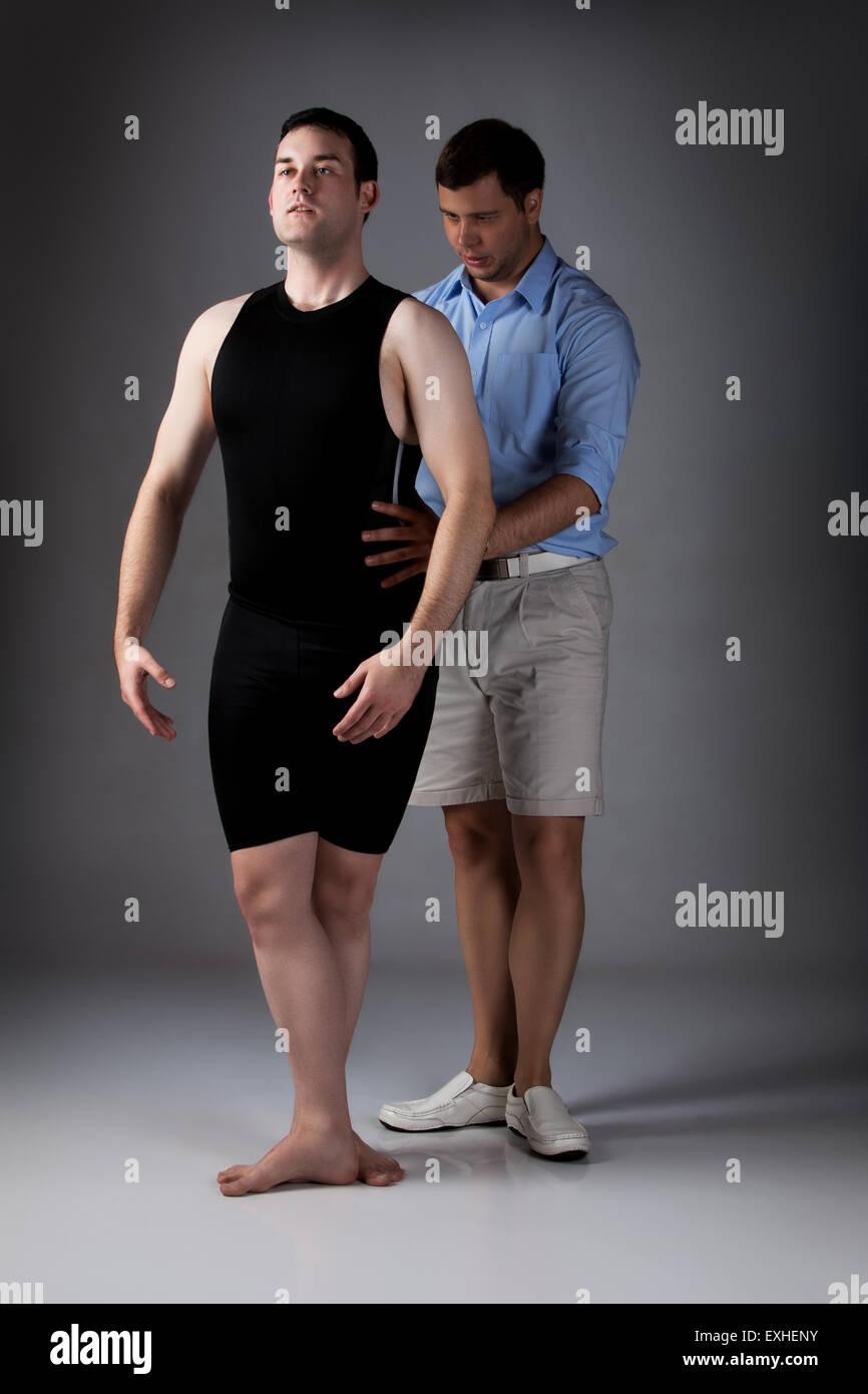Erwachsene männliche Tänzer trägt ein schwarzes Hemd und Hose und Ballett- Tanzlehrer. Lehrer unterstützt die Schüler. ef335c4a0b