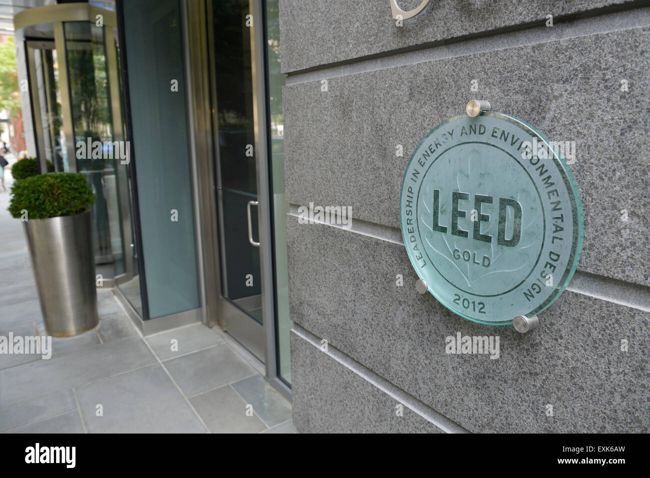 LEED gold Rating Zeichen für ökologische Effizienz auf Wohnhaus in New York, Battery Park City Stockbild