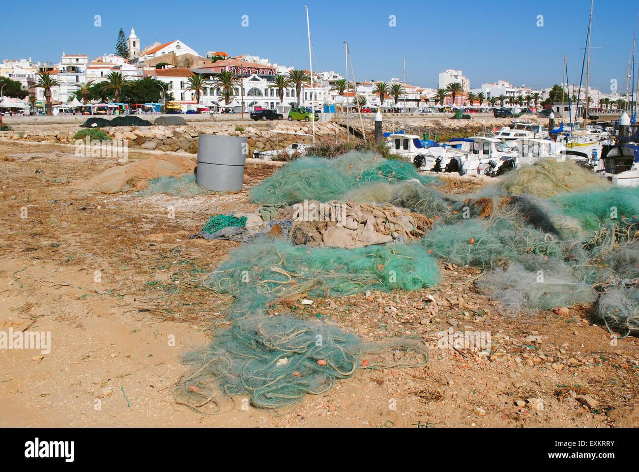 Fischernetze im Hafen, Lagos, Portugal. Stockbild
