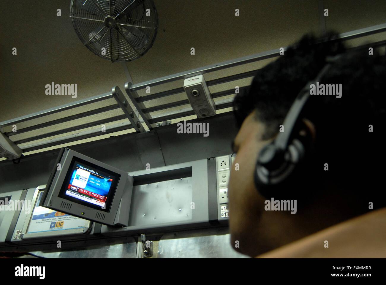PKW vor dem Fernseher auf experimentelle Luft durch indische Gleise stellen bedingt Drehgestell Mumbai Stockbild