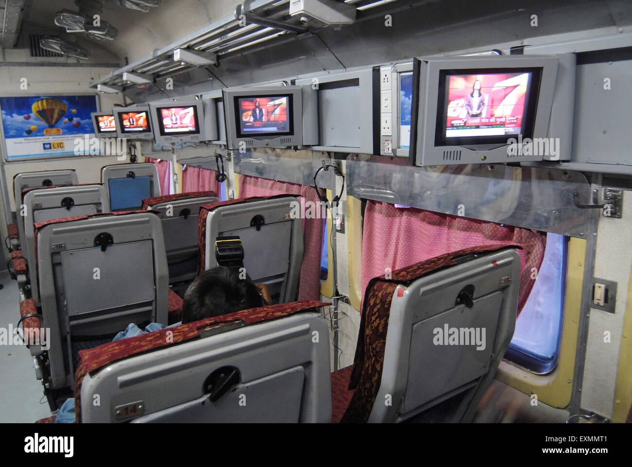 Indian Railways einzuführen Fernsehgeräte auf experimenteller Basis in einem der klimatisierten Drehgestell Stockbild